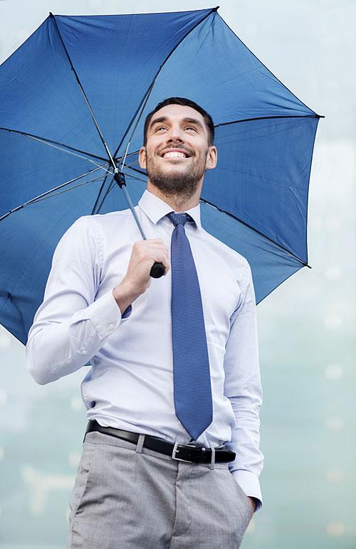 kakios-asfaleies-businessman-umbrella